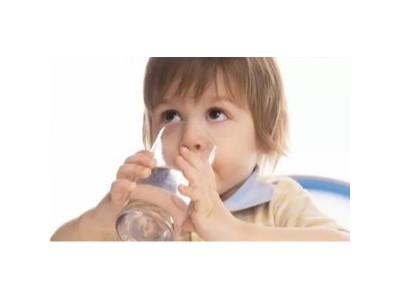 【育儿知识】常喝水的宝宝更聪明,但这四种水千万不能喝!