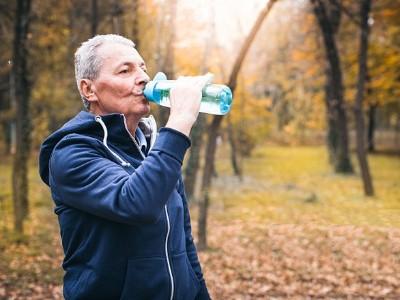 中年后主动饮水尤为重要,防止脱水就是预防疾病!